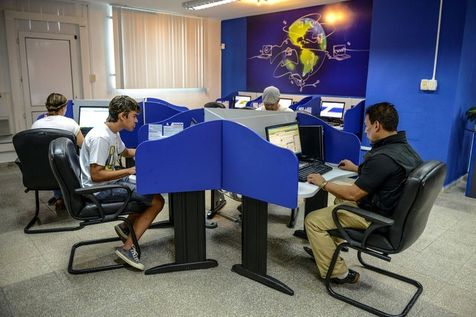 CUBA: TRES CHER INTERNET... (http://www.polemicacubana.fr) dans REFLEXIONS PERSONNELLES 524637-des-cubains-se-connectent-a-internet-le-4-juin-2013-a-la-havane